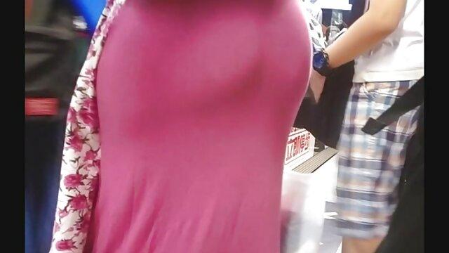Աղջիկը Անալ կինը տնային պոռնո խողովակ է խաղում իր անդամով: